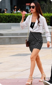身材超赞的斑点短裙高跟美少妇