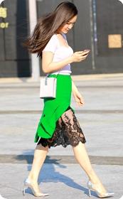 低胸装蕾丝边短裙美少妇,笑起来太迷人