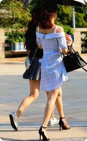 两个短裙小美女清纯的很
