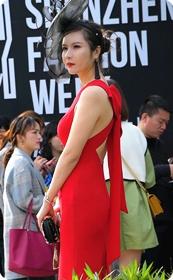 这个红色连衣裙美女好时尚的味道