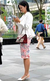 职业范,花色短裙的高跟鞋少妇