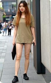 美女这样子穿很容易误会你没穿裤子的