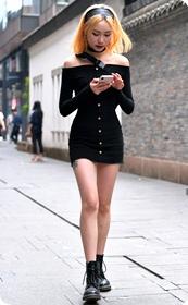 非主流紧身短裙美眉