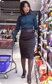 超市遇到的极品职业装丝袜少妇,一直跟拍到停车场