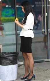 烈日下售卖头花的短裙黑丝美眉