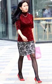 黑色丝袜红色高跟少妇