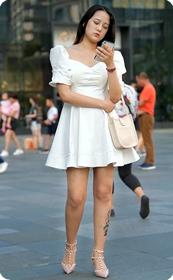美女白裙里面是另一份景象