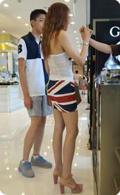 身材十分火辣的超短裙裹胸美女