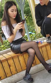 黑丝细腿配皮裙,美女身材太好了吧