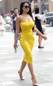 街拍极品紧身裙少妇,让人流鼻血