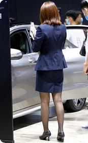 套裙黑丝美女车模背影杀,我都不好意思揭穿你们是看车还是看美女!