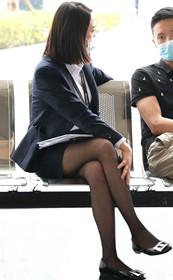 工装短裙侧颜杀,黑丝抚腿哥哥合不拢嘴!