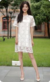 甜美的白裙少妇
