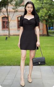 黑裙少妇眼神犀利