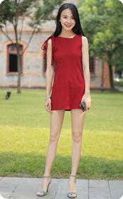 红裙长腿美女