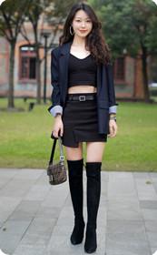 优雅的短裙少妇