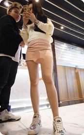 短裤美女身材劲爆,旁边的男人换哥哥来