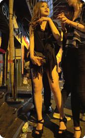 短裙美女波浪卷特别有范儿,不知道还缺不缺男朋友