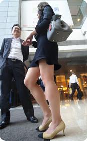 黑裙妹子长腿惹人注目,旁边的男生笑的多甜蜜