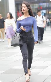 蓝色露肩装真的只是性感吗?看美女如何用气质收获男人!