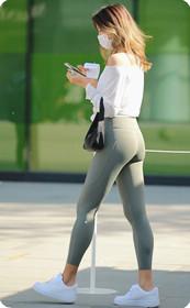 浅色包臀裤,白色短衣,谁受的住这种诱惑?