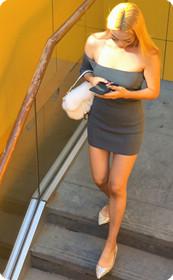 外籍少女身上穿着浅色露肩装从上到下旖旎无线!