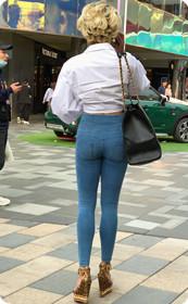 短发美女牛仔裤显大长腿,这样的女神真实存在的吗?