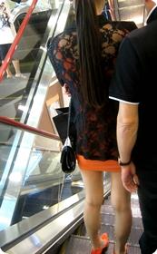街拍好性感的红色短裙高跟鞋美眉,跟干爹逛商场