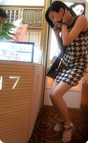 街拍连衣裙美眉,裙子还敢不敢再短一点