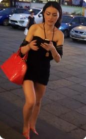 袒胸露怀的黑丝紧身连衣裙美女
