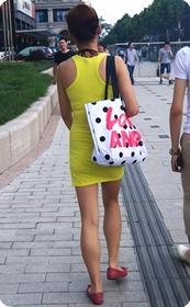 街拍黄色连衣裙少妇,很风搔的感觉