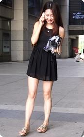 街拍很清雅的美眉,黑色连衣裙随风飘摆