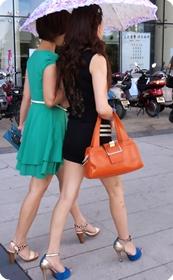 街拍极品超短裙少妇,三千一晚我都不嫌贵