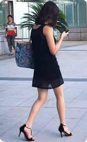 街拍透视装超短裙少妇内衣看的很清楚