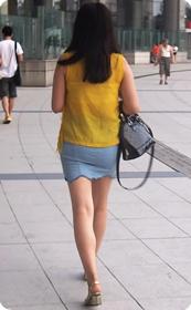 街拍超短裙美女,这裙子感觉一撕就破了