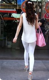 紧致感十足的白色牛仔裤,就怕你看不清我身体的线条