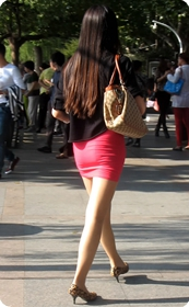 丰满型美眉红色超短裙展现臀部轮廓完美无疑