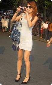 街头独领风搔的超短连衣裙少妇
