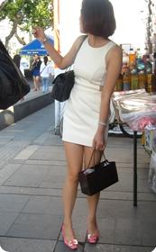 看看这个白色连衣裙少妇,合你胃口吗