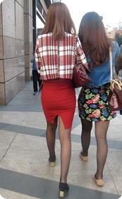 两位身材高挑的黑丝少妇,看看更喜欢哪个