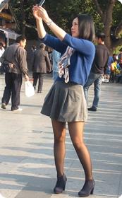 短裙黑丝少妇,身材好相貌赞