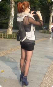 街拍皮质紧身短裙,黑丝少妇眼镜娘