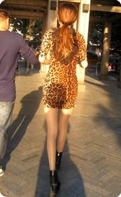 高挑型长腿美女,豹纹超短连衣裙十分性感