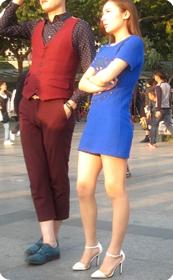 性感长腿美女裙子太短了,打底裤都看到了