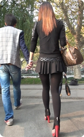 街拍短裙紧身裤少妇,黑丝高跟十分性感