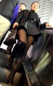 黑丝短裙美眉,电梯视角很赞哟