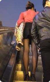街拍黑丝短裙少妇,街拍被她发现了噢,好尴尬