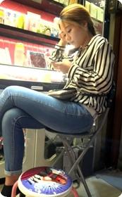 美甲店里的紧身牛仔裤美眉,超靓的