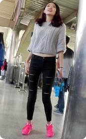 紧身黑色长裤美女,爱笑很迷人