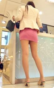 身材超赞的极品美女性感粉红色小热裤翘臀美腿
